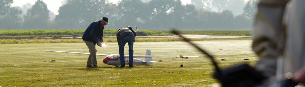 Segelflugzeug Modell bei der Startvorbereitung